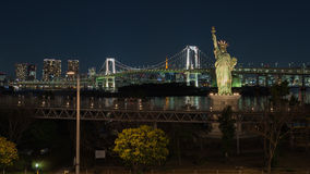 Pont en arc-en-ciel et statue de la liberté photo stock