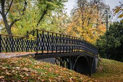 Pont en automne photos stock