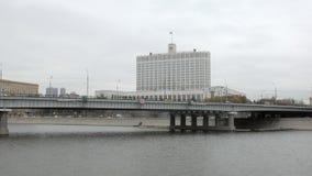 Pont en automobile au-dessus de rivière de Moscou devant la Maison Blanche, Russie en automne banque de vidéos