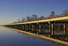 Pont en autoroute nationale croisant un lac Images libres de droits
