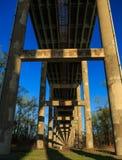 Pont en autoroute urbaine de ciment au-dessus de région terrestre Images stock