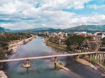 Pont en bambou au-dessus de Nam Song River au village de Vang Vieng, Laos Premi?re vue de ville Horizontal urbain Belle nature de images libres de droits