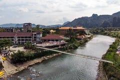 Pont en bambou au-dessus de Nam Song River au village de Vang Vieng, Laos Premi?re vue de ville Horizontal urbain Belle nature de photographie stock