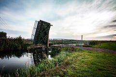 Pont en bascule au-dessus de voie d'eau photo stock