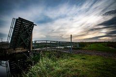 Pont en bascule au-dessus de voie d'eau photographie stock