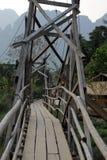 Pont en bois étroit, Vang Vieng, Laos photos libres de droits