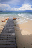 Pont en bois au bord de la mer avec le ciel bleu Photographie stock libre de droits
