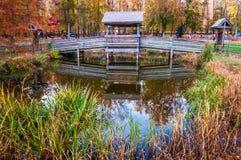 Pont en bois au-dessus de petit étang en parc d'état de Leesylvania, Virgini Photos stock