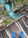 Pont en bois au-dessus du lit de la rivière de soca Photos libres de droits