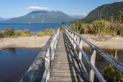 Pont en bois au lac Brunner Photographie stock libre de droits