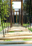 Pont en bois au terrain de jeu extérieur photos libres de droits