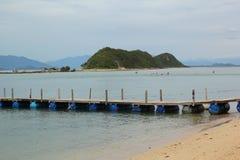 Pont en bois avec la mer et le ciel bleu images stock