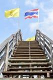 Pont en bois avec le drapeau Photo libre de droits