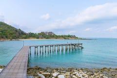 Pont en bois chez Khao Laem Ya, Rayong, Thaïlande Images libres de droits