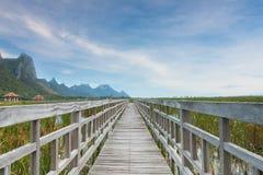 Pont en bois chez Samroiyod Image libre de droits
