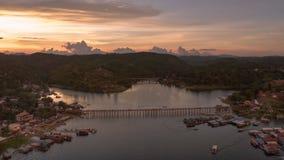 Pont en bois construit par des personnes de lundi à dans le sangklaburi, Photo stock