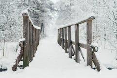 Pont en bois couvert par la neige images stock