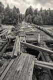 Pont en bois détruit à travers la rivière Suna en Carélie Russie Photos stock