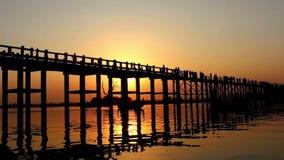 Pont en bois d'U Bein au coucher du soleil 1 banque de vidéos