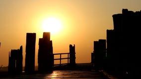 Pont en bois d'U Bein au coucher du soleil dans Amarapura, Myanmar Birmanie banque de vidéos