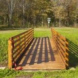 Pont en bois dans la forêt Image libre de droits