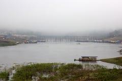 Pont en bois dans la ville de brouillard Image stock