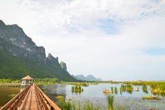 Pont en bois dans le lac de lotus au parc national de yod de ROI de Sam de khao, Thaïlande Photographie stock libre de droits