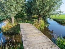 Pont en bois dans un paysage de polder Photos libres de droits