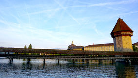 pont en bois de chapelle de coucher du soleil en luzerne Images libres de droits