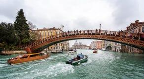 Pont en bois de milieu universitaire à travers Grand Canal à Venise, Italie photographie stock libre de droits