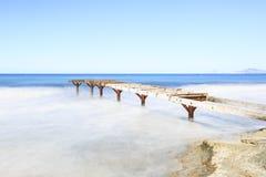 Pont en bois de plage de Formentera vieux photographie stock libre de droits