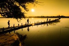 Pont en bois de silhouette Photographie stock