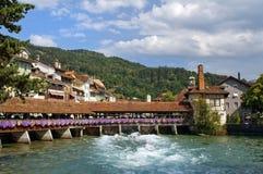 Pont en bois en écluse dans Thun Images stock