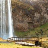 Pont en bois en cascade de seljalandsfoss Photographie stock libre de droits