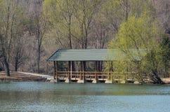 Pont en bois en vent et en pluie Image libre de droits