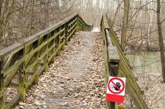 Pont en bois endommagé fermé, putréfié, Photographie stock libre de droits