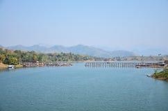 Pont en bois fait main de Saphan lundi le plus longtemps dans Sangkhlaburi Kanchanaburi Thaïlande Images libres de droits