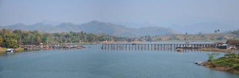 Pont en bois fait main de Saphan lundi le plus longtemps dans Sangkhlaburi Kanchanaburi Thaïlande Photographie stock
