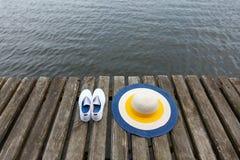 Pont en bois là-dessus chapeau et chaussures Photo libre de droits