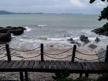 Pont en bois le long du bord de la mer photos stock