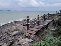 Pont en bois le long du bord de la mer photographie stock libre de droits