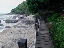 Pont en bois le long du bord de la mer photo libre de droits