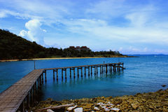 Pont en bois le long en plage d'île Photo libre de droits