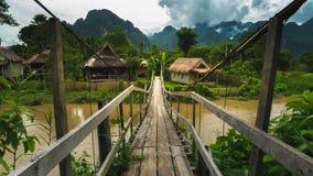 Pont en bois local dans le vangvieng Laos photo libre de droits