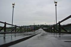 Pont en bois pendant le jour pluvieux Images libres de droits