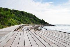 Pont en bois près de la mer Photographie stock libre de droits