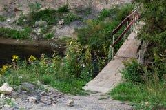 Pont en bois provisoire menant à l'autre côté images stock
