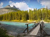 Pont en bois, rivière de montagne Image stock