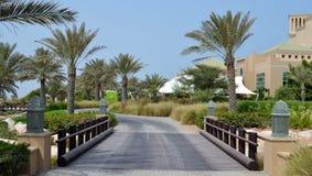 Pont en bois, route pavée avec des palmiers, station de vacances d'hôtel d'Anantara, Sir Baniyas Island Image stock