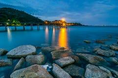 Pont en bois sur la mer crépusculaire au parc national de Khao Laem Ya Images libres de droits